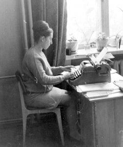 И.В. Ковалева - Лучшая машинистка факультета. 1975 г.